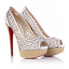 Veja aqui dicas de como escolher o sapato ideal para seu casamento: salto, renda? tecido? o guia completo está aqui.
