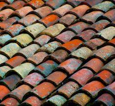 telhado multicolorido pelo tempo