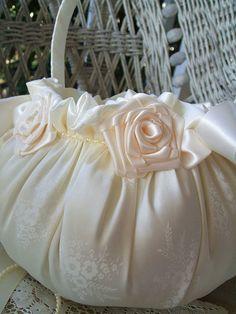 Cesta & anillo de bodas almohada VICTORIA a por RoseGardenStitches