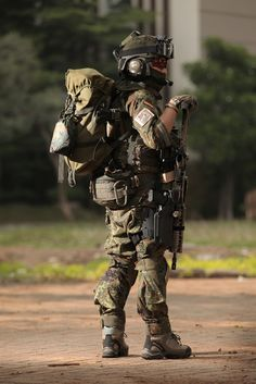 NOTE goggles, patches, gloves, paracord bracelet, carabiner, rucksack, pouches, pouch placement, boots