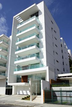 Built by Paulo César Lourenço and Bruno Sarmento in Juiz de Fora, Brazil with date Images by Marcio Brigatto. Maiorca is a residential building designed by Lourenço Arch Building, Building Exterior, Building Facade, Minimalist Architecture, Facade Architecture, Residential Architecture, Facade Design, Exterior Design, Residential Building Design
