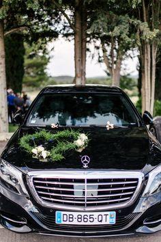 ONE DAY EVENT, décoration de voiture sobre, coeur en asparagus et fleurs blanches