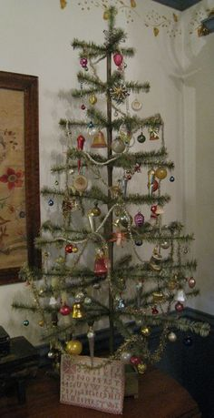 This is the kind of tree I love! What I always call a Charlie Brown tree . Antique Christmas, Christmas Past, Primitive Christmas, Retro Christmas, Country Christmas, Christmas Crafts, Christmas Ornaments, Christmas Carol, Christmas Craft Projects