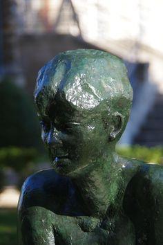 """Etienne Audfray. Une Tortue géante dans un parc !  La sculpture intitulé """"La Tortue""""  a pris place sur son socle dans le parc du Château des Tourelles du Plessis-Trévise (94).  Quel plus bel endroit pouvait-on rêver pour cette sculpture?"""