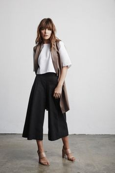Vetta Capsule The Blouse (high neck), Culottes & Vest Need the shoes Work Fashion, Fashion Outfits, Womens Fashion, Fashion Tips, Style Fashion, Fashion Trends, Beige Outfit, Mein Style, Long Vests