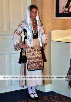 Φορεσιά Αργειτοπούλας. Αρχείο: Λύκειο Ελληνίδων. Greek Traditional Dress, Traditional Outfits, Folk Costume, Greek Costumes, Greece, Kimono Top, Culture, Blazer, Folklore