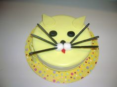 kitty cat cake with instructions on how to cut the cakes to fit it