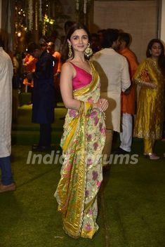 Alia Bhatt in Manish Malhotra saree for Ambani's Ganesh chaturthi Celebration. Alia Bhatt Lehenga, Manish Malhotra Saree, Bollywood Lehenga, Bollywood Fashion, Bollywood Images, Bollywood Outfits, Sabyasachi, Indian Wedding Outfits, Indian Outfits