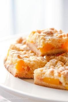 Fresh Peach Crumb Bars ~ there's nothing like juicy, sweet peaches baked in a simple crust! Adapt to any of your favorite summer fruits. Fruit Recipes, Baking Recipes, Cookie Recipes, Dessert Recipes, Detox Recipes, Köstliche Desserts, Summer Desserts, Delicious Desserts, Fresh Peach Recipes