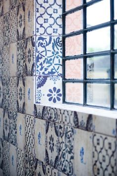 wall tiles Handmade tiles can be colour coordinated and customized re. shape, texture, pattern, etc. by ceramic design studios Wall Deco, Beautiful Tile, Cool Wallpaper, Blue And White, Tiles, Handmade Tiles, Delft, Tile Patterns, Deco