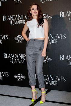 Kristen Stewart con un top de Marios Schwab conjugado con pantalones de Vivienne Westwood. Zapatos amarillos de Louboutin