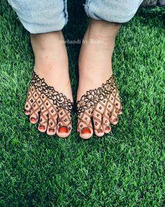 Minimalistic Feet Mehendi Designs To Pin For Your Wedding Henna Designs Feet, Legs Mehndi Design, Bridal Henna Designs, Henna Designs Easy, Mehndi Designs For Fingers, Dulhan Mehndi Designs, Mehndi Art Designs, Latest Mehndi Designs, Leg Mehndi
