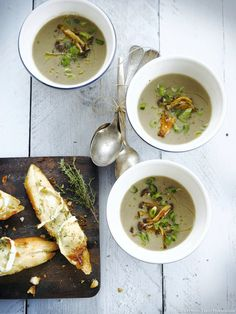 Mushroom soup, goat and thyme bruschetta , A very sweet and seasonal soup to start the meal with a gourmet and balanced entry! Soup Recipes, Healthy Recipes, Healthy Food, Mushroom Soup, Goats, Salads, Stuffed Mushrooms, Food And Drink, Vegetables