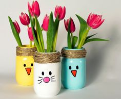 This DIY Spring Mason jar craft will make your table, mantel Easter ready. This DIY Spring Mason jar craft will make your table, mantel Easter ready. Pot Mason Diy, Mason Jar Crafts, Paint For Mason Jars, Baby Food Jar Crafts, Mason Jar Vases, Baby Crafts, Glass Jars, Spring Crafts, Holiday Crafts