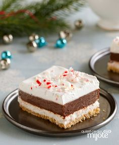 Looking for a no-bake dessert for Christmas? This make-ahead chocolate and peppermint candy cane dessert is easy-to-make and sure to impress. New Year's Desserts, Christmas Desserts Easy, Cute Desserts, Christmas Baking, No Bake Desserts, Dessert Recipes, Simple Christmas, Christmas Recipes, Dessert Ideas