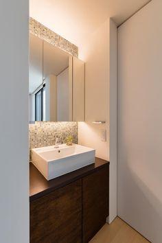 風と光と暮らす家: 設計事務所アーキプレイスが手掛けた洗面所/お風呂/トイレです。 Romantic Home Decor, Unique Home Decor, Home Decor Items, Washbasin Design, Home Decor Quotes, Indian Home Decor, Bathroom Interior Design, Home Decor Bedroom, Home Decor Inspiration