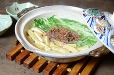 Harihari-nabe - Nabemono made with minke whale meat and mizuna Minke Whale, Japanese Soup, Japchae, Meals, Ethnic Recipes, Food, Power Supply Meals, Meal, Eten