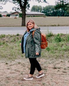 @elabonbonella plus size blogger | outdoor look with jacket and denim blouse; plus size outfit | elabonbonella.com Plus Size Looks, Denim Blouse, Plus Size Kleidung, Plus Size Outfits, Plus Size Fashion, Fashion Beauty, Rain Jacket, Windbreaker, Jackets