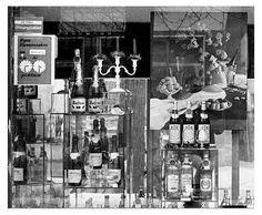 """Flexible Öffnungszeiten: Eine Flasche ungarischer oder rumänischer Wein kostete zwischen sechs und acht Mark, eine Flasche Sekt 21 Mark, eine Flasche Nordhäuser Doppelkorn 24 Mark. Doch zu beachten ist das Schild oben links im Bild: """"Wegen Warenannahme am... von... bis... geschlossen"""". Das Verkaufspersonal konnte die Zeit beliebig wie an einer Parkuhr einstellen. In diesem Fall betrug die Schließzeit nur eine Stunde. Andere Geschäfte schlossen einen halben Tag und länger, um dem Personal die"""