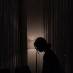 A woman in a dark room. A woman standing by windows at night. Night Aesthetic, Aesthetic Photo, Aesthetic Girl, Aesthetic Pictures, Aesthetic Black, Dark Room Photography, Photography Poses, Amazing Photography, Lonely Girl Photography