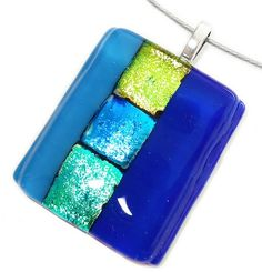 Handgemaakte luxe glashanger van blauw en groen dichroide glas. Moderne glasfusing hanger!