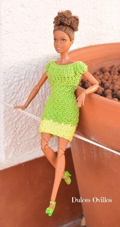 Tenía a mi Barbie Made to Move  con el modelito que venía en la caja mientras que todas sus amigas iban vestidas a crochet así que me ...