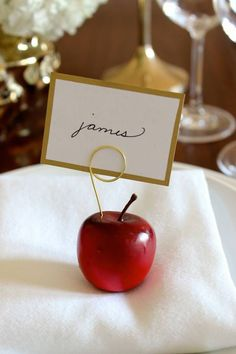 Mini Apples: How could anyone pass up such a simple, unobstrusive and super-cute craft? Click through for more DIY place card ideas perfect for Thanksgiving. Thanksgiving Place Cards, Thanksgiving Table, Thanksgiving Decorations, Thanksgiving Cupcakes, Cute Crafts, Diy Crafts, Paper Glue, Old Fashioned House, Diners