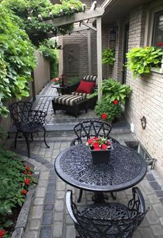 Garden Landscaping best Small yard landscaping images - It doesn't need to be big to have a good landscaping. When you have a small yard, there is always room for modifications. Small yard landscaping ideas are Small Backyard Landscaping, Backyard Patio, Landscaping Ideas, Backyard Ideas, Cozy Patio, Courtyard Landscaping, Mulch Landscaping, Backyard Designs, Patio Table