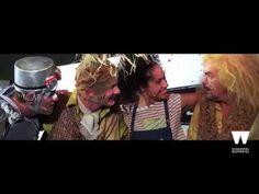 Wuppertaler Bühnen: DER ZAUBERER VON OZ - Trailer Spielzeit 2016/17  Der Zauberer von Oz Familienstück ab 7 Jahren nach Motiven von L. Frank Baum Fassung von Peter Raffalt In der grauen Einöde von Kansas sitzt Dorothy und vergeht vor lauter Langeweile. Sie fragt sich ob es wohl über dem Regenbogen bunter und schöner wäre? Plötzlich reist ein Wirbelsturm das Mädchen mitsamt seinem Haus fort und bringt es in ein farbenfrohes und höchst sonderbares Land  nach Oz. Dort kämpfen ein mächtiger…