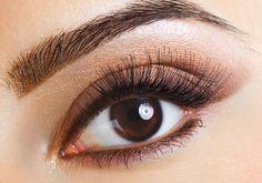 Ha jobban kedveled a natúr sminkeket, barna ceruzával halványan rajzold körbe a szemet, felül pedig szemhéjpúderrel hangsúlyozd.