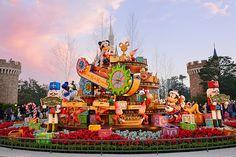 クリスマスの準備で大忙しのディズニー・サンタヴィレッジをのぞいてみよう!