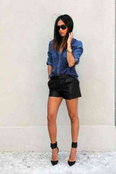 shorts en cuir avec chemisier en jeans