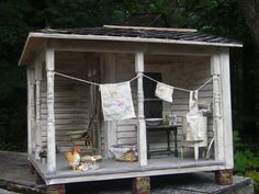 Old porch on wash day. Vitrine Miniature, Miniature Rooms, Miniature Gardens, Miniature Houses, Popsicle Stick Crafts, Craft Stick Crafts, Scale Art, Mini Houses, Tiny Dolls