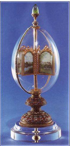 14 (1896) Egg with revolving miniatures. Kristal, goud, smaragd, diamanten, doorschijnend smaragdgroen email en ondoorzichtig wit, oranje en blauw glazuur. Als de smaragd op de bovenkant gedraaid wordt,  zijn de 12 miniatuur schilderijen te zien.