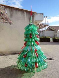 Sapin de Noël bouteilles de récup' : vous savez ce qu'il vous reste à faire en 2012 pour avoir un  beau sapin comme celui-ci en fin d'année !