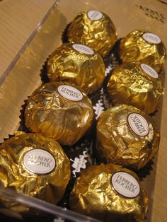 Ferrero Rocher bonbons in grote glazen schaal Food Wedding Favors, Chocolate Wedding Favors, Chocolate Bouquet, Chocolate Tumblr, I Love Chocolate, Chocolate Lovers, Party Drinks Alcohol, Scones Ingredients, Food Snapchat