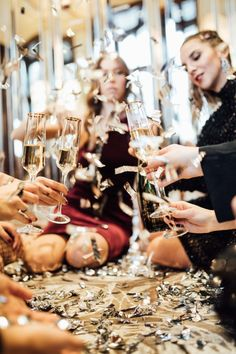 Jazz up a table with some simple glitter and metallic confetti Sparkly Outfits, Christmas Aesthetic, Moet Chandon, Nouvel An, Cozy Christmas, Ladies Night, New Years Eve Party, Festival Outfits, Perfect Party