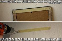 De afstand tussen de twee boorgaten voor een schilderij meten? Gebruik een stuk tape! Meer tips? Kijk eens op www.goedeschoonmaaktips.nl
