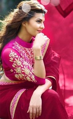 Jacqueline Fernandez in pink Saree Bollywood Saree, Indian Bollywood, Bollywood Fashion, Indian Sarees, Beautiful Bollywood Actress, Beautiful Indian Actress, Beautiful Actresses, Indian Celebrities, Bollywood Celebrities