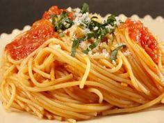La pasta Shirataki rappresenta una portata speciale per tutti gli amanti delle diete dal momento che non contiene carboidrati. Ma come cucinare gli spaghetti di Konjac? http://www.arturotv.tv/cucina-ricette/primi-piatti/pasta-shirataki-come-cucinare-spaghetti-konjac