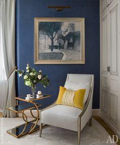 К сдержанной обстановке спальни прекрасно подошла картина Жанны Яковлевой – как по цветовому решению, так и по основной теме о сновидении. Кресло под ней – фабрики Caracole, кофейный столик – Basset Mirror.