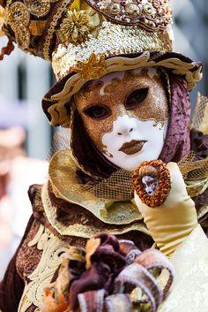 Notice the little mask on her finger 😍 Venetian Carnival Masks, Carnival Of Venice, Venetian Masquerade, Masquerade Ball, Masquerade Attire, Venice Carnivale, Venice Mask, Costume Carnaval, Carnival Costumes
