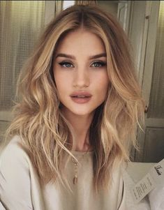 25 honey blonde hair color ideas that are just gorgeous new womens hairstyles Blonde Balayage blonde color Gorgeous Hair Hairstyles Honey Ideas womens Honey Blonde Hair Color, Golden Blonde Hair, Blonde Balayage Honey, Blonde Ombre, Gold Blonde, Warm Blonde, Messy Blonde Hair, Blonde Curls, Blonde Color