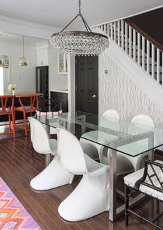 Design Manifest Dining Room black white abstract geometric wallpaper glass dinig table panton chairs calypso teardrop chandelier