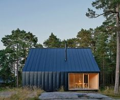 Located on an island in Stockholm, the Husar house is a cabinet summer house surrounded by tall pines.