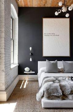 parede pintade de preto, decoração de quarto de casal com quadro grnade e branco