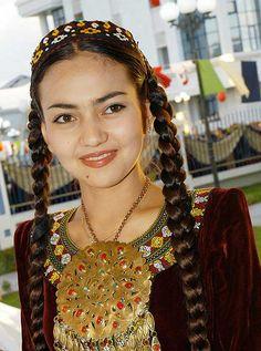Turkmen Girl in traditional dress | © Cenk Dölek
