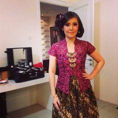 kebaya dan batik | Kebaya Indonesia |  www.venzakebaya.net   https://www.facebook.com/venzakebaya?ref=hl