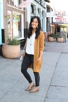 5 Ways to Wear an Overszied Cardigan This Fall - Tan Cardigan - black skinny jeans + white tunic + long cardigan + leopard print flats - Leopard Flats Outfits, Leopard Print Loafers, Loafers Outfit, Leopard Prints, Looks Baskets, Fashion Models, Celebrities Fashion, Fashion Outfits, Vestidos