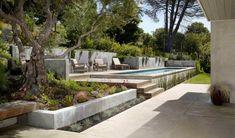 terrasse sur terrain en pente, piscine rectangulaire, fauteuils en bois, arbres et banc en bois #modernpoolaboveground